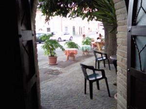 bar Rosita Montottone terras 300x225 De omgeving verkennen