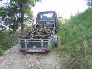 Met de Landrover het gekapte hout naar boven brengen 300x225 Klaar maken voor de herfst/winter
