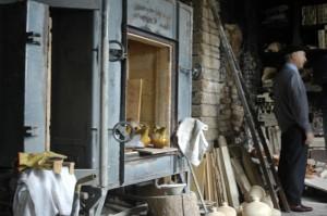 Mario Bozzi in zijn pottenbakkerij 300x199 Pottenbakkerij in Montottone