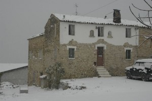 casolare re sole in de sneeuw 300x199 Winter in Le Marche I