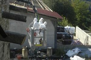 alle asbest wordt verpakt in speciale folie 300x199 Bye bye Porcelaia(varkensschuur)