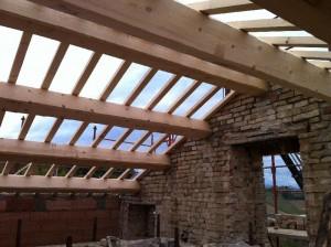 de nieuwe balken liggen erop 300x224 Het dak gaat eraf.