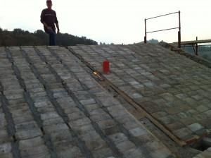 de nieuwe tegeltjes liggen erop 300x224 Het dak gaat eraf.