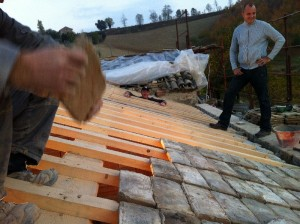 tegeltjes leggen 300x224 Het dak gaat eraf.